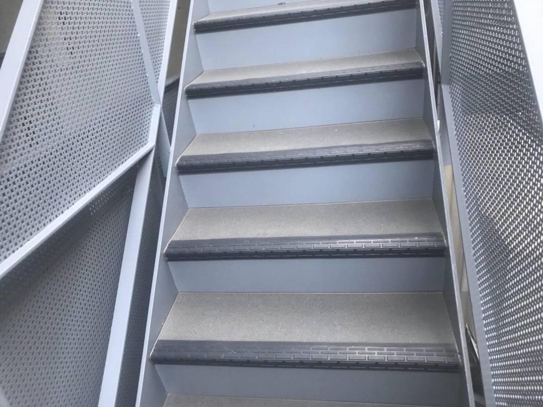 京都市山科区 Hマンション 階段長尺シート工事のサムネイル